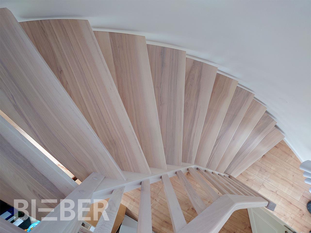 gewendelte Treppe in rundem Treppenraum Esche weiß geölt, Wandwange aufgesattelt